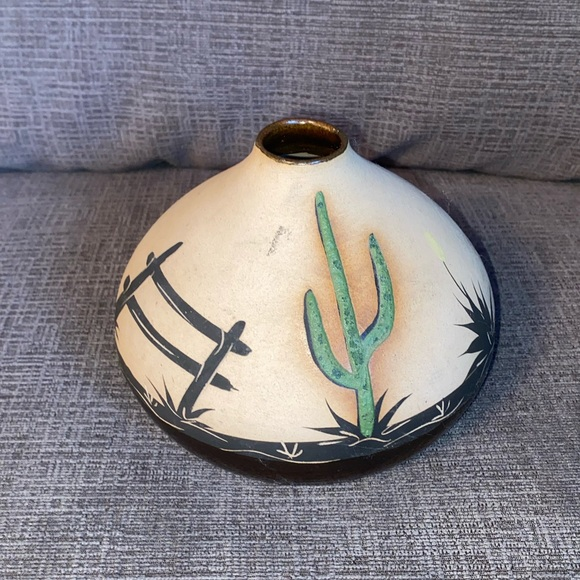 Vtg Southwest vase signed by artist on bottom